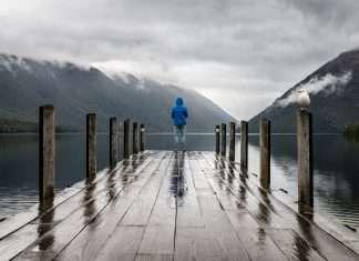 Ragazzo solitario in un panorama ansioso